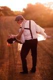Pflegen Sie Holding-Braut Lizenzfreies Stockbild