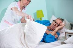 Pflegen Sie sich kümmern um Patienten am Pflegeheim stockbilder