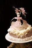 Pflegen Sie sich und die Braut an der Hochzeitstorte Stockbild
