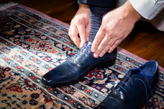 Pflegen Sie tragende Schuhe am Hochzeitstag und die Spitzee binden stockbilder
