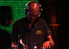 Pflichtvergessenes DJ stellte 2 ein Stockbild