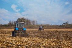 Pflog großer blauer Pflug des Traktors zwei Land, nachdem er die Maisernte geerntet hatte Stockfoto