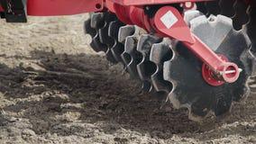 Pflugblätter, die Maschine säen Landwirtschaftsmaschinerie Landwirtschaftliche Ausrüstung stock video