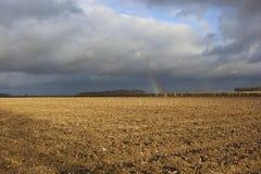 Pflugboden mit Regenbogen Stockfoto