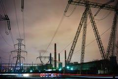 Pfosten des Kraftwerks und der Hochspannung Stockbilder