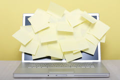 Pfosten-es-Anmerkungen auf Laptop Lizenzfreie Stockbilder