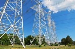 Pfosten 4 mit Stromleitungen Stockfotografie