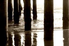 Pfosten unter dem Pier Stockbild