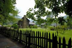Pfosten-Zaun und Kabine auf Bauernhof Stockbilder