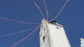 Pfullendorf, Allemagne La vieille tour Oberes Petits drapeaux de tissu ondulant pendant le carnaval clips vidéos