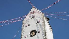Pfullendorf, Allemagne La vieille tour Oberes Petits drapeaux de tissu ondulant pendant le carnaval banque de vidéos
