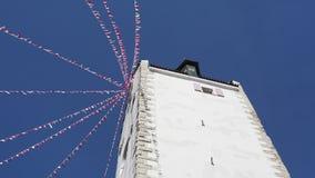 Pfullendorf, Duitsland De oude toren Oberes Kleine stoffenvlaggen die tijdens Carnaval golven stock video