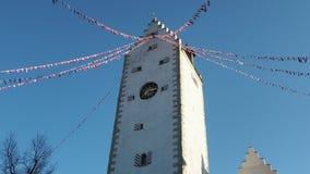 Pfullendorf, Duitsland Het oude deel van torenoberes van de oude middeleeuwse vestingwerken van de stad Het kleine stoffenvlaggen stock video