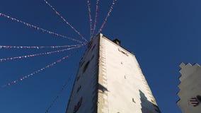 Pfullendorf, Duitsland Het oude deel van torenoberes van de oude middeleeuwse vestingwerken van de stad Het kleine stoffenvlaggen stock videobeelden