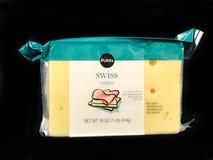 1 Pfund-Block des Publix-Marken-Schweizer Käses auf schwarzem Hintergrund Lizenzfreie Stockfotografie