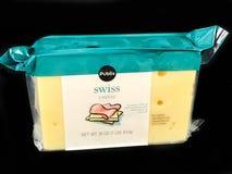 1 Pfund-Block des Publix-Marken-Schweizer Käses auf schwarzem Hintergrund Lizenzfreie Stockbilder