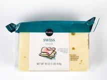 1 Pfund-Block des Publix-Marken-Schweizer Käses auf weißem Hintergrund Lizenzfreie Stockfotos
