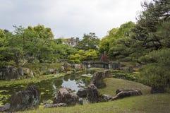Pfund und Bäume bei Nijo ziehen sich, Kyoto, Japan zurück Lizenzfreies Stockfoto