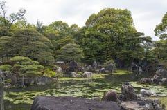 Pfund und Bäume bei Nijo ziehen sich, Kyoto, Japan zurück Stockfotos