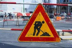 Pågående vägmärke för arbete Fotografering för Bildbyråer