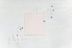 Página del libro de recuerdos con las flores azules y blancas Imágenes de archivo libres de regalías