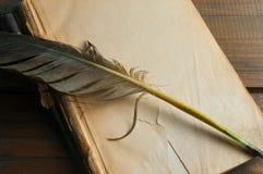 Página en blanco del libro viejo y pluma de la pluma Foto de archivo libre de regalías