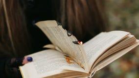 Páginas ardentes da menina gótico do livro vídeos de arquivo
