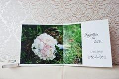 Páginas duales del álbum de la boda o del libro de la boda Imagenes de archivo