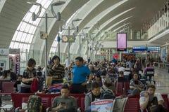 PGroup av folk i väntande korridor för flygplats royaltyfria foton