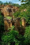 Phénomène naturel de falaise érodée, piliers de sol, roche sculptée par l'eau, vent pendant million d'années images libres de droits