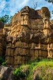 Phénomène naturel de falaise érodée, piliers de sol, roche sculptée par l'eau, vent pendant million d'années photo libre de droits