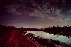 Phénomène naturel scientifique étonnant La lune couvrant le Sun Éclipse solaire totale avec l'effet de bague à diamant rougeoyant images libres de droits