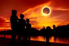 Phénomène normal Trois regardant regardants l'ecli solaire total images libres de droits