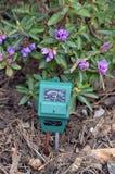 Ph-метр в саде стоковые изображения rf