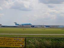 PH-KZA - Fokker 70 das linhas aéreas holandesas reais de KLM que aterram na pista do buitenveldert no aeroporto de schiphol Amste fotos de stock
