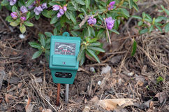 PH-meter i trädgården royaltyfri bild