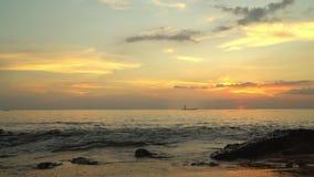 Ph Qu c Eiland De kleine boot bij de kust van het tropische eiland op avondgang Boot op de zonsonderganghorizon van de open zee stock videobeelden