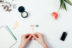PH van vrouwen testend schoonheidsmiddelen niveau door lakmoesdocument te gebruiken stock afbeeldingen