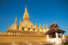 Pha与蓝天的那Luang在老挝 库存照片