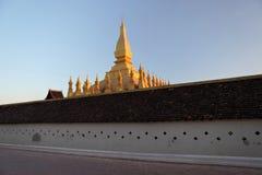 Pha att Luang är en stor guld--täckt buddistisk stupa i centrera av Vientiane, Laos Royaltyfri Foto