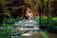 Pha Charoen瀑布,可爱的97级的台阶跨步瀑布在Namtok Pha Charoen国家公园, Phop Phra区,达Provin 免版税图库摄影