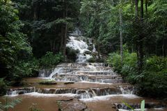 Pha Charoen瀑布,可爱的97级的台阶跨步瀑布在Namtok Pha Charoen国家公园, Phop Phra区,达Provin 免版税库存图片