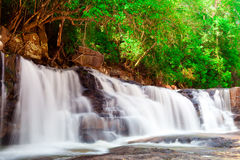 Pha Eiang, paradisvattenfall som lokaliseras i djup skog Arkivfoto