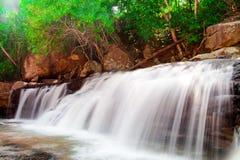 Pha Eiang, paradisvattenfall som lokaliseras i djup skog Royaltyfri Bild