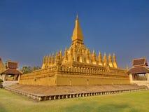 Pha Luang是一金隐蔽的大佛教stupa在cen中 免版税库存照片