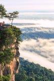 Pha Mo I Daeng klippa och mist, Sisaket, Thailand Arkivbild