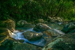 Phaengwatervallen in Koh Phangan Thailand stock foto's