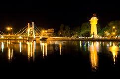 Phan Thiet vattentorn på floden för Ca Ty på natten. Royaltyfri Bild