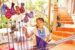 Phan Thiet, Vietnam - NOVEMBER 06, 2011: Kvinna som väver torkduken Autentisk vävstol Arkivbild