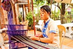Phan Thiet, Vietnam - NOVEMBER 06, 2011: Kvinna som väver torkduken Autentisk vävstol Royaltyfri Bild